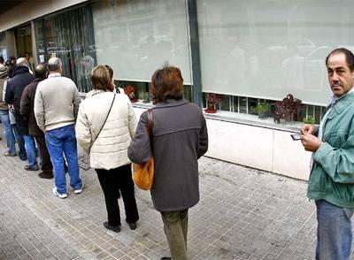 Varias personas forman una cola a la entrada de la oficina del Servicio Valenciano de Empleo, en Valencia, el mes pasado.