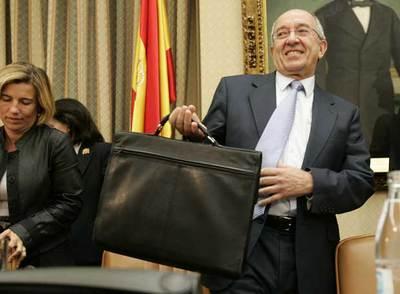 Miguel Ángel Fernández Ordóñez termina la comparecencia ayer en el Congreso.