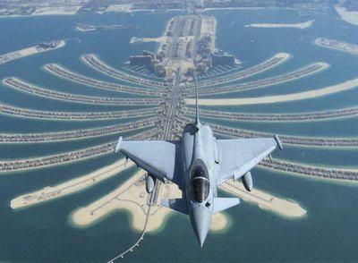 Un avión sobrevuela las islas de Dubai.