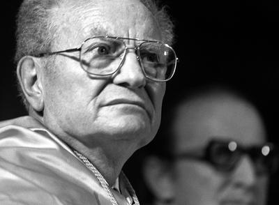 Paul A. Samuelson,  investido Doctor Honoris Causa por la UNED en 1989.