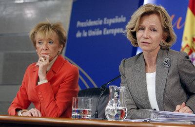María Teresa Fernández de la Vega y Elena Salgado, durante la rueda de prensa tras el Consejo de Ministros.