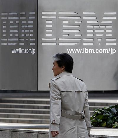 Un hombre pasa junto a la sede de IBM en Japón.