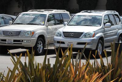 Dos vehículos del modelo Lexus GX 460, retirado temporalmente del mercado por Toyota.