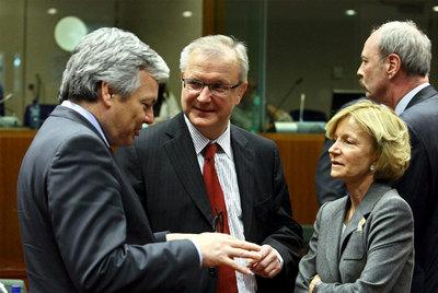 Salgado habla con el ministro de Finanzas belga, Didier Reynders (izquierda) y el comisario de Asuntos Monetarios, el finlandés Olli Rehn.