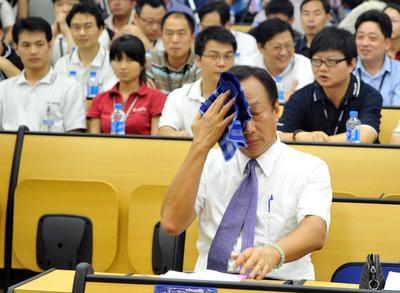 Terry Gou, presidente de Foxconn, se limpia el sudor antes de iniciar la rueda de prensa.