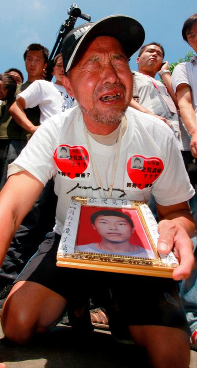Ma Zishan llora la muerte de su hijo, Ma Xiang Qian, en la planta Lunghua de Foxconn en Shenshen (China). Ma Xiang Qian, empleado de Foxconn, murió tras precipitarse al vacío desde un edificio el pasado mes de enero.
