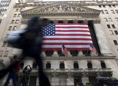 Un ejecutivo pasa por delante de la fachada de la sede del New York Stock Exchange.