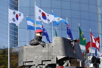 Un policía vigila la sede donde hoy y mañana se celebra el G-20 en Seúl (Corea del Sur).