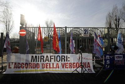 Pancarta contra el pacto alcanzado en la planta de Fiat en la que se lee:
