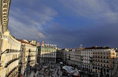 Al fondo el edificio Tío Pepe, en rehabilitación, y los bajos comerciales donde se instalará la segunda tienda Apple en Madrid.