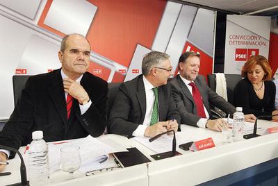 El vicepresidente tercero, Manuel Chaves; el vicesecretario general del PSOE, José Blanco; el secretario de organización, Marcelino Iglesias, junto con el ministro de Trabajo, se reunieron ayer con los secretarios provinciales y locales del partido para abordar las reformas del pacto social.