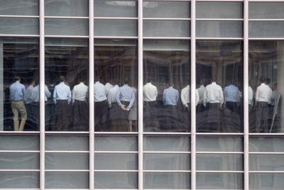 Empleados de Lehman Brothers asisten de pie a una reunión en las oficinas de la empresa cuya caída desencadenó la crisis financiera.