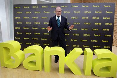 Rodrigo Rato, presidente de Bankia, junto al logo de la entidad.