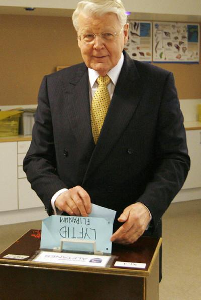 El presidente islandés, Oláfur Ragnar Grímsson, deposita su voto en un colegio de Reikiavik.