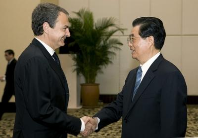 Zapatero saluda al presidente chino, Hu Jintao, al inicio del encuentro bilateral entre España y China.