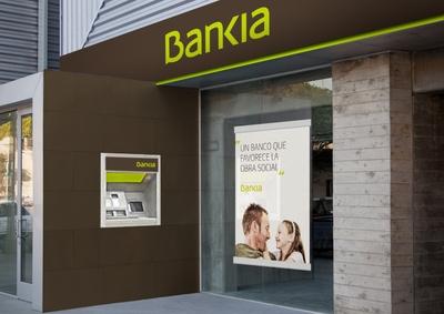 Imagen de una oficina con la nueva imagen del banco creado a partir de la integración de Caja Madrid, Bancaja y otras cinco cajas, Bankia.