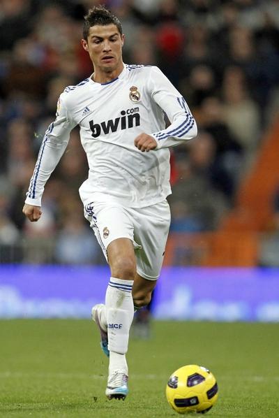 Cristiano Ronaldo conduce el balón, durante el partido de Liga de Primera División, entre el Real Madrid y el Mallorca.