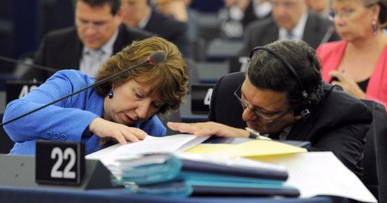 El presidente de la Comisión, José Manuel Durão Barroso, y la comisaria de Exteriores, Catherine Ashton, buscan unos documentos en un momento del debate.