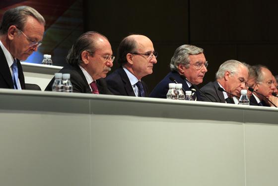 De izquierda a derecha, Isidro Fainé (La Caixa), Luis del Rivero (Sacyr) y Antonio Brufau (Repsol), en una junta de accionistas de Repsol.