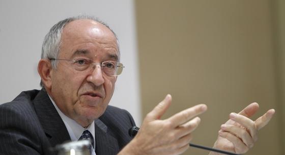 El gobernador del Banco de España, durante la rueda de prensa en la que ha hecho balance del proceso de recapitalización de las cajas.