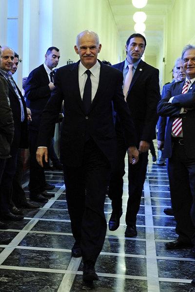 Papandreu camina hacia la reunión de su Gobierno, ayer en Atenas (Grecia).