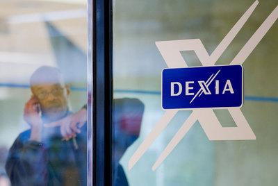 Un empleado de Dexia, en una oficina de la entidad en Bruselas.