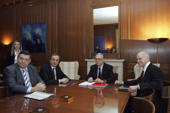 El primer ministro, Lukas Papademos (segundo por la derecha), con los líderes políticos.