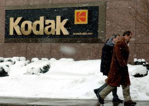 Dos hombres pasean delante de la sede de Kodak en Nueva York.