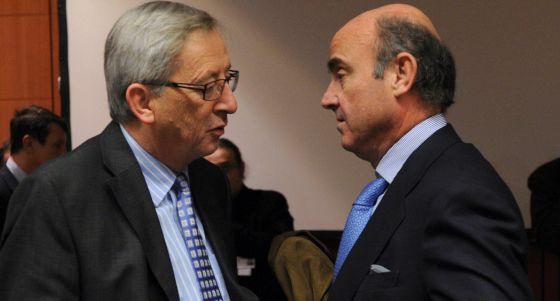 El ministro de Economía Luis de Guindos durante su conversación con el primer ministro de Luxemburgo y presidente del Eurogrupo, Jean Claude Juncker.