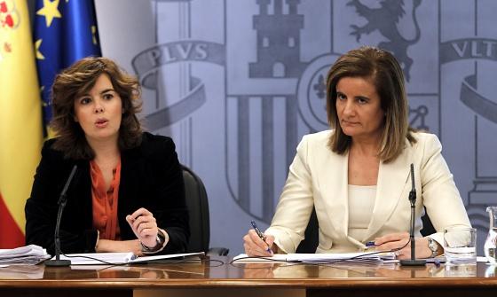 La vicepresidenta, Soraya Sáenz de Santamaría, y la ministra de Empleo, Fátima Báñez, tras el Consejo de Ministros.