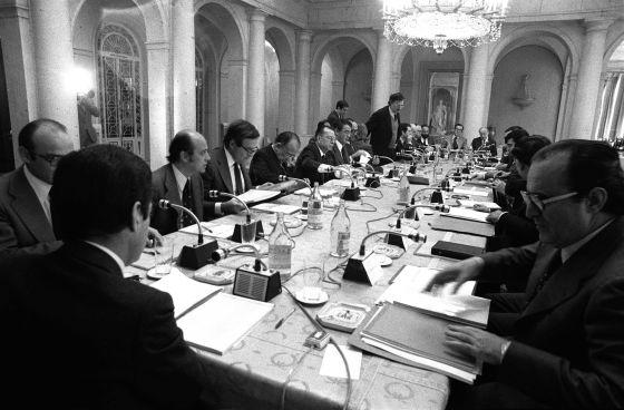 9 de octubre de 1977: El Gobierno y la oposición negocian los Pactos de la Moncloa.