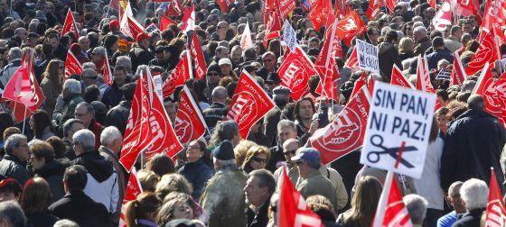 La manifestación contra la reforma laboral convocada por los sindicatos, a su paso por la plaza de Neptuno de Madrid.
