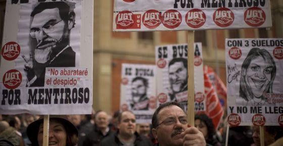 Pancartas contra el Gobierno de Mariano Rajoy en la manifestación en Pamplona contra la reforma laboral.