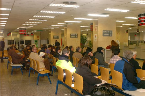Varias personas esperan su turno durante la Campaña de la Renta.