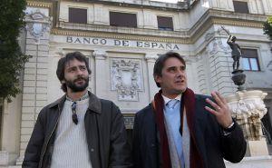 Francisco Jurado, a la izquierda, y el abogado Juan Moreno, ante la sede del Banco de España en Sevilla, el pasado miércoles.