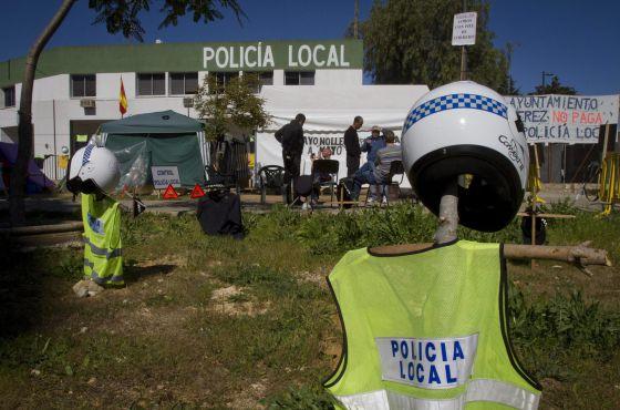 Policías municipales de Jerez de la Frontera (Cádiz), acampados ayer frente a la comisaría en protesta por el impago de sus nóminas.