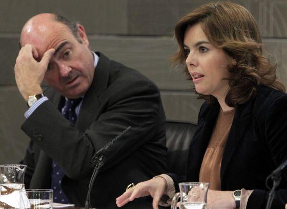 La vicepresidenta del Gobierno, Soraya Sáenz de Santamaría, y el ministro de Economía y Hacienda, Luis de Guindos