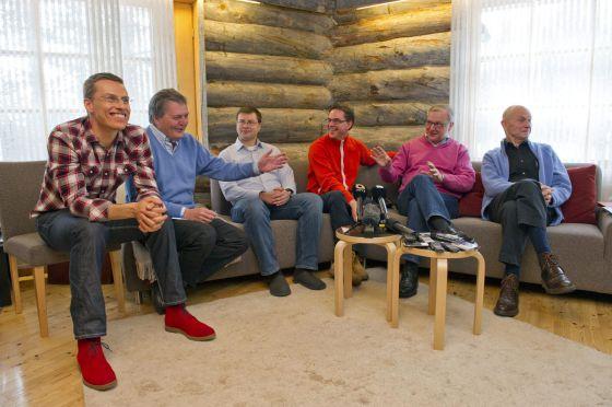 El primer ministro finlandés Jyrki Katainen (3º por la derecha), conversa con el vicepresidente de la Comisión Europea, Olli Rehn (2º por la derecha), y el secretario de Estado español para Asuntos Europeos, Iñigo Méndez de Vigo (2º por la izquierda).