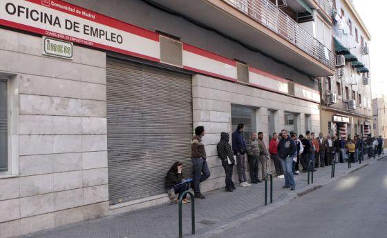 Decenas de personas esperan la apertura de una oficina de empleo en Madrid.
