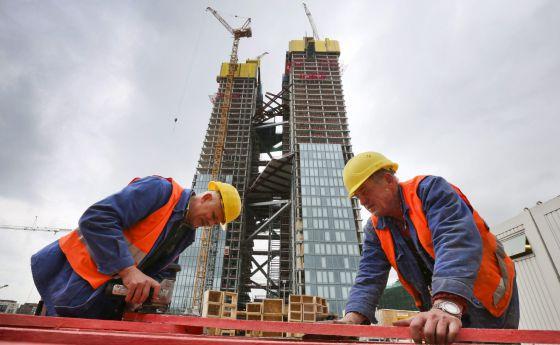 Operarios trabajan en la construcción de la nueva sede del Banco Central Europeo en Fráncfort, Alemania