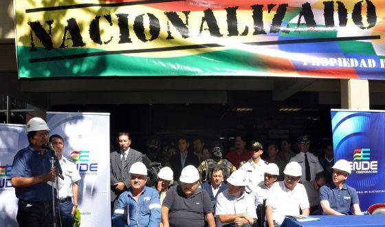 El presidente de Bolivia, ante la sede de Red Eléctrica de España en Cochabamba.