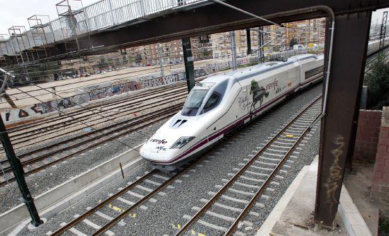 Entrada del AVE en la estación Joaquín Sorolla de Valencia.