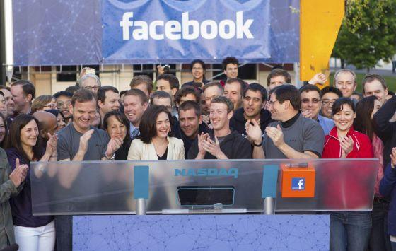 Mark Zuckerberg abre la sesión en la que Facebook se estrena en Bolsa desde San Francisco.