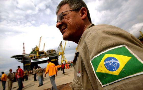 Empleados de la brasileña Petrobras, en una plataforma.