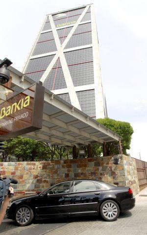 Uno de los consejeros de Bankia llega a la sede de la entidad para la reunión del consejo de administración.