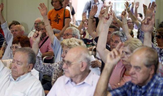Accionistas minoritarios de Bankia se reúnen convocados por el Comité Consultivo de la CNMV para explicarles la situación actual de la caja.