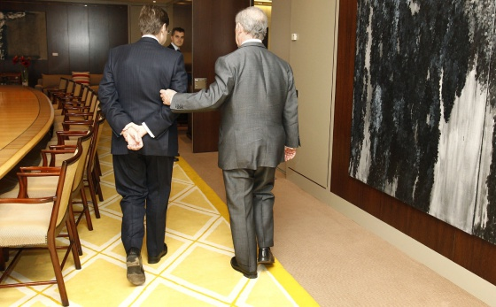 Goirigolzarri (izquierda) y Rato salen de un despacho de Bankia.