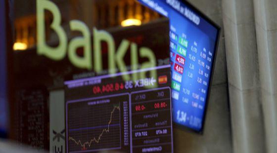 Panel de información sobre la prima de riesgo y cotización de Bankia en la Bolsa Madrid