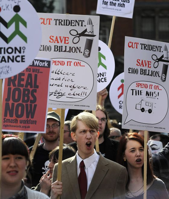 Protestas ante el Parlamento británico contra el presupuesto