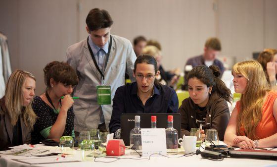 Participantes en el programa 'Innovation camp' de Junior Achievement trabajan en su proyecto.